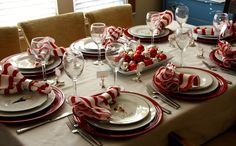Weihnachtliche Servietten aus rot-weißen Streifen