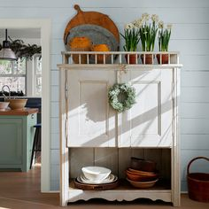 Let Benjamin Moore help you find color combinations and design inspiration for your unique kitchen. Browse photos and get color ideas. Kitchen Paint Colors, Exterior Paint Colors, Paint Colours, Barnwood Builders, Gloss Kitchen, Timeless Kitchen, Traditional Interior, American Traditional, Interior And Exterior