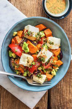 Rezept: Buntes Ofengemüse mit Halloumi mit Süßkartoffeln, Avocado und selbst gemachtem Petersilien Chimichurri - Glutenfrei Gesundes vegetarisches Gericht mit viel Gemüse und angenehmer Schärfe! Hellofreshde / Kochen / Essen / Ernährung / Kochbox / Zutaten / Gesund / Schnell / Einfach / DIY / Gericht / Blog / Leicht #halloumi #vegetarisch #süßkartoffel #sweetpotato #chimichurri #salsa #glutenfrei #hellofreshde #kochen #essen #zubereiten #zutaten #diy #rezept #kochbox #ernährung #gesund…