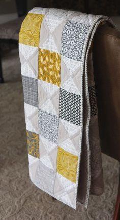 HourglassMG auf dem Stuhl - Quilts and quilt patterns - HourglassMG auf dem Stuhl - Quilts and quilt patterns Charm Pack Quilts, Charm Quilt, Charm Pack Quilt Patterns, Patchwork Quilting, Scrappy Quilts, Patchwork Blanket, Quilt Modernen, Yellow Quilts, Colorful Quilts