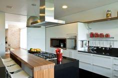 A bancada de granito abriga o cooktop; a de laminado de madeira é usada para as refeições