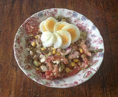 Lunch salade met maïs, linzen, boontjes, tomaat, rode ui, ei, feta, tonijn, avocado, walnoten en sesamzaad Feta, Eating Organic, Acai Bowl, Sugar Free, Oatmeal, Lunch, Breakfast, Healthy, Salad