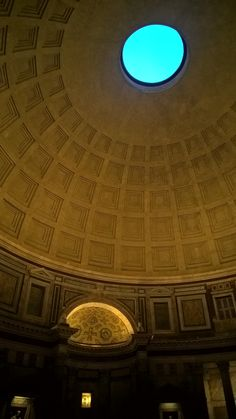 """Het interieur van het Pantheon is heel bijzonder. De ronde vorm en de grote koepel maakt het een prachtig Romeins bouwwerk. Het gat in het plafond, ook bekend als """"Oculus Dei"""" (oog van god) houdt het gebouw stevig. Dit is een voorbeeld geniale Romeinse bouwkunsten."""