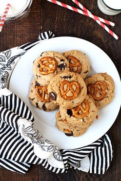 Peanut Butter Pretzel Chocolate Chip Cookies // hungry girl por vida