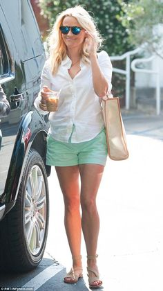 Reese Witherspoon wearing Draper James Vanderbilt Tote and Illesteva Leonard Mirrored Sunglasses in Tortoise and Blue