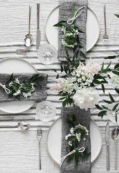 Spring Table für Muttertag - Homey Oh My Wedding Table Linens, Wedding Table Decorations, Wedding Table Settings, Table Centerpieces, Buffet Wedding, Wedding Centerpieces, Beautiful Table Settings, White Centerpiece, Wedding Napkins