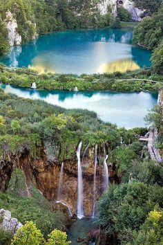 El #Parque #Nacional de los #Lagos de #Plitvice  es el más conocido de los parques nacionales croatas.  Está situado en la región de Lika, un paraje donde se alternan lagos, cascadas y manantiales de espectacular belleza.