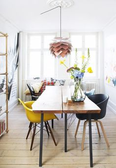 bolig magasinet. i've been spying an awful lot of colorful dining spaces out there lately, and i'm finding them quite fine for springtime. you don't often have to do much work to give your existing di