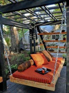 pavillon de jardin en bois, en forme insolite, canapé berçant en bois, arbres