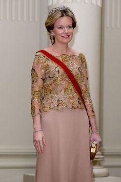 La plus royale Ce mardi 8 mars au soir, la reine des Belges Mathilde arborait une robe de dentelle d'or et diadème de diamant pour diner en compagnie du couple présidentiel allemand en visite officielle en Belgique.