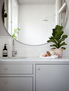 37 Elegant Mirror Bathroom Tiles Ideas For Amazing Bathroom Cheap Rustic Decor, Cheap Home Decor, Bathroom Trends, Bathroom Interior, Bad Styling, Bathroom Design Inspiration, Upstairs Bathrooms, Mirror Cabinets, Bathroom Styling