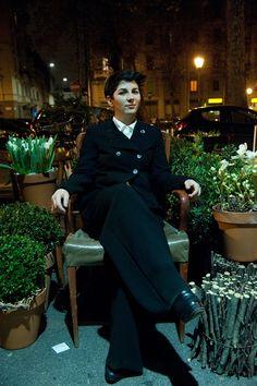 Maria Teresa Furnari seduta nel negozio Fiori di via Broggi a Milano. Credits: Pietro Scapin