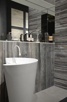 Holzstyling Im Badezimmer   Natürlich Schön #Badezimmer #fliesen #holz  #holzfliesen #urban #natur #waschen #waschtisch #braun #weiß #spiegel  #badplanung ...