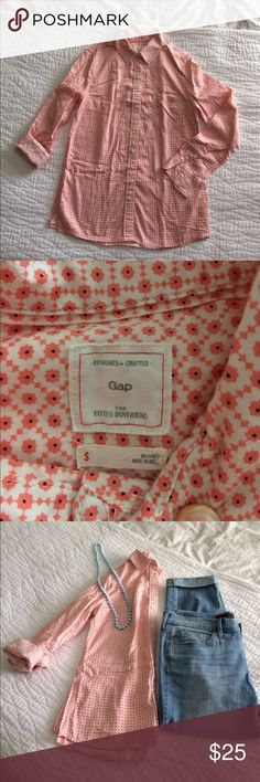 Gap The Fitted Boyfriend This button up fitted boyfriend shirt effortlessly combines style and comfort. So perfect for a day out riding bikes, picnicking, or even just running errands. And fabric is so soft and comfortable! GAP Tops Button Down Shirts