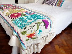 pie de cama Mexican Embroidery, Crewel Embroidery, Cross Stitch Embroidery, Embroidery Patterns, Floral Embroidery, Mexican Bedroom, Embroidered Bedding, Mexican Designs, College Dorm Bedding