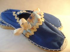 Bonitas y originales zapatillas de esparto con cuña PLANA, pintadas a mano y decoradas con abalorios