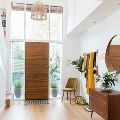 miroir entrée spacieuse avec meuble à tiroirs et chaise