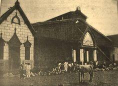 Perspectiva da fachada do Mercado Municipal voltada para o lado do Rio Negro, apresentado em seu formato original, de 1883. Fotografia tirada na década de 1890. Fonte: Manaus Sorriso. Foto: Marie Wrigth.