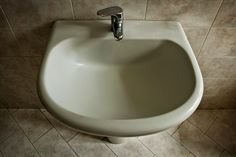 http://4.bp.blogspot.com/-fBafdbW5VJY/U4ogUOkQsbI/AAAAAAACT-Y/a7a-Eaqln1E/s1600/colarusso-improbabilita-chiuveta.jpg