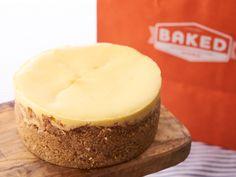 伊勢丹スタイリストも夢中!ザクザククッキーに包まれた濃厚チーズケーキ - macaroni in 2020 Cheese Recipes, Cheesecake, Deserts, Food And Drink, Favorite Recipes, Sweets, Restaurant, Baking, Gifts