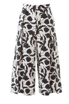 Pattern: Culotte Trend - The pants skirt conquers the Cit .- Schnittmuster: Culotte-Trend – Der Hosenrock erobert die City und das Büro – News – Aktuelles – burda style burda style, pattern, culotte, pants skirt, sew - Sewing Clothes Women, Sewing Pants, Diy Clothes, Clothes For Women, Culotte Pants, Culottes, Skirt Pants, Fashion Mode, Fashion Pants