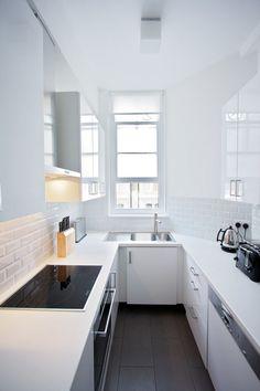 kleine U-förmige Küche in weiß mit dunklem Bodenbelag