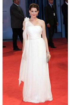 Anne Hathaway looks like a Goddess in White Grecian Dress @ Devil Wears Prada Premiere 2006 Anne Hathaway Short Hair, Anne Hathaway Style, Beautiful Dresses, Nice Dresses, Valentino Gowns, Evolution Of Fashion, Oscar Dresses, Column Dress, Dressed To The Nines