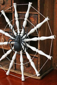 Halloween and upcycling go hand-in-hand.find all kinds of repurposed inspiration in this collection of fantastic DIY ideas! Halloween Porch, Halloween Spider, Holidays Halloween, Halloween Crafts, Happy Halloween, Halloween Decorations, Halloween Stuff, Halloween Ideas, Winter Decorations
