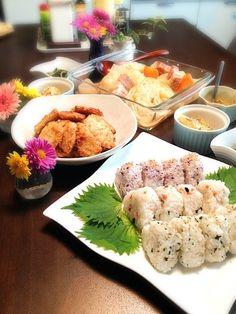 結婚が決まった友人と、お祝いを兼ねて、お家でランチです( ´ ▽ ` )ノ - 16件のもぐもぐ - おにぎり3種類★ポトフ★ササミチーズ焼き★さつまいもサラダ★春菊の塩麹和え★ by shioshun