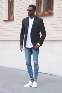 Summer minimal outfit inspiration Black slim cut blazer white t shirt skinny light wash denim no show socks white stan smith sneakers sunglasses Mode Outfits, Trendy Outfits, Blazer Outfits Men, Casual Blazer, Look Man, Herren Outfit, Business Casual Outfits, Mens Fashion Suits, Black Men Casual Fashion