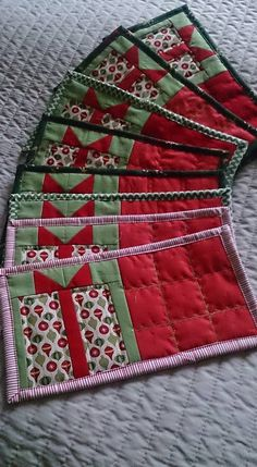 New patchwork navidad ideas mug rugs ideas Christmas Mug Rugs, Christmas Patchwork, Christmas Quilt Patterns, Christmas Placemats, Christmas Sewing, Christmas Crafts, Christmas Decorations, Christmas Quilting Projects, Christmas Table Runners