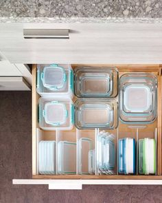 Raise your hand if, despite your best efforts, Tupperware and other plastic—or even glass—food storage containers always seem to take over your entire kitchen. Organiser Tupperware, Tupperware Storage, Tupperware Organizing, Organizing Hacks, Organising, Kitchen Storage Hacks, Kitchen Cabinet Organization, Kitchen Drawers, Home Organization