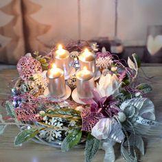 Adventní+svícen+Pink+třpytivý+s+LED+OSVĚTLENÍM+Proutěný+adventní+svícen+s+LED+osvětlením+ozdobený+zasněženými+větvičkami,+růžovým+třpytivým+květem+a+lístečky,+dřevěnými+ozdobnými+komponenty+a+bohatou+mašlí.+Ve+stejném+stylu+nabízím+také+svítící+věnec+na+dveře+nebo+stěnu+Průměr+věnce:+33+cm+Materiál+:+barvené+proutí,+ozdobné+komponenty+Použité...