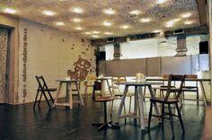 Wnętrza Book Clubu na londyńskim East Endzie to prawdziwy misz masz. Wiktoriańskie, ceglane ściany, stalowe belki nośne, meble vintage, trochę shabby-chic, a do tego... stół i rakietki do gry w ping ponga tworzą eklektyczną mieszankę, która oddaje bogate życie tego miejsca. http://sztuka-wnetrza.pl/816/artykul/misz-masz
