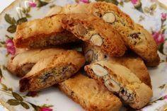 Μπορώ να πω ότι αυτά τα καντούτσι, είναι τα καλύτερα που έχω δοκιμάσει ως τώρα. Πολύ απλή συνταγή, με την πρώτη δαγκωνιά, θα μετανιώσετε αμέσως που δεν φτιάξατε διπλή δόση! Greek Sweets, Greek Desserts, Greek Recipes, Greek Cookies, Almond Cookies, Macaron Recipe, Sweets Cake, Biscuit Cookies, Baking And Pastry
