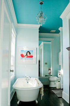 salle de bain avec un plafond bleu-ciel, lustre baroque, salle de bain lumineuse, aménagement