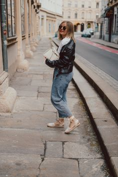 Lederjacke, Momjeans, Espadrilles, weißes T-Shirt, Frühlingslooks, Lederjacke kombinieren, Espadrilles, Street Style, Outfits, Fashion, Fashion Styles, Leather Jackets, Jackets, Espadrilles Outfit, Moda