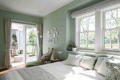 三方を窓に囲まれた主寝室。爽やかな朝の光と庭の緑を心行くまで楽しめる空間です Sea Green Bedrooms, Bedroom Green, Calming Bedroom Colors, Bedroom Paint Colors, Favorite Paint Colors, Green Colors, House Design, Interior Design, Furniture