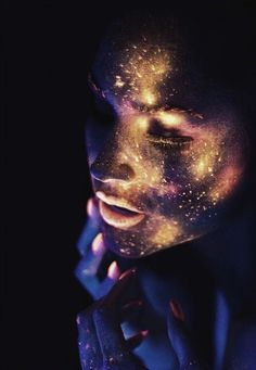 Glow in the dark neon makeup. Looks like stars Uv Makeup, Galaxy Makeup, Dark Makeup, Black Light Makeup, Kunst Party, Neon Glow, Maquillage Halloween, Fantasy Makeup, Costume Makeup