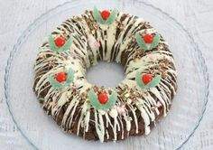 Want a totally delicious, ridiculously over the top Christmas dessert recipe? This Clinkers Rocky Road Wreath is exactly that and so much more! Christmas Entertaining, Christmas Party Food, Christmas Tea, Christmas Cooking, Christmas Recipes, Xmas Desserts, Junk Food Snacks, Biscuit Cake, Rocky Road