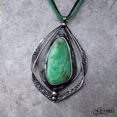 Viridiana+-+smaragdový+chryzopras+Tento+autorský+šperk+je+cca+6,5x4,5+cm+velký,+je+tvořen+technikou+Tiffany+a+zavěšen+na+2+kůžičkách+(černé+a+zelené),+které+lze+buď+nosit+obě+najednou,+nebo+je+střídat+podle+nálady.+Nádherně+zabarvený+smaragdový+chryzopras+tvoří+střed+šperku.+Kámen+je+opravdu+nádherný+jeho+sytě+zelená,+smaragdově+zelená+barva+je+narušena+...