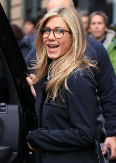 Jennifer Aniston definitely rocks the big, round eyeglasses trend. Jennifer Aniston definitely rocks the big, round eyeglasses trend. Jennifer Aniston Glasses, Jenifer Aniston, Blonde Makeup, Celebrities With Glasses, Celebrity Glasses, Womens Glasses Frames, Big Glasses Frames, Glasses Trends, Look 2015