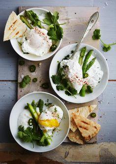 Turkkilaisten uppomunien kanssa nautitaan vihreitä parsoja, pitaleipäpaloja ja paksua jogurttia.