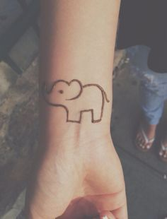 Easy elephant henna Henna Elephant Tattoos, Elephant Henna Designs, Henna Kids, Henna Mehndi, Easy Henna Tattoos, Henna Mandala, Mehendi, Henna Drawings, Simple Elephant Drawing