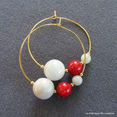 Créoles Or Pierres Fines Grises de Jadéite et Corail Rouge : Boucles d'oreille par la-fabrique-de-loulette Boucles d'oreilles créoles dorées de 35mm, très fines, sur chaque anneau 1 perle de jadéite grise tirant légèrement sur le vert de 12mm, 1 perle de corail bambou rouge sang de 8mm et 1 petite de jadéite de 6mm