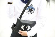 Chemise et  pochette Kenzo http://www.vogue.fr/defiles/street-looks/diaporama/street-looks-a-la-fashion-week-de-paris-jour-6-1/15481/image/861835#!chemise-et-pochette-kenzo