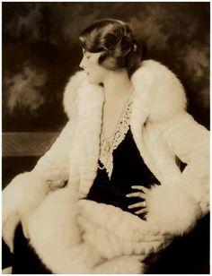 Lady weißer Pelz lang