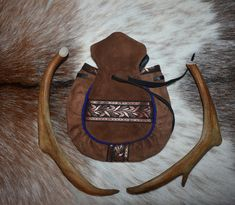 """Sámi Tubacco pouch. Elegant tubacco purse. """"Tupakkamassi"""". Recycled Leather, Blue Wood, Medieval Clothing, Handicraft, Reindeer, Primitive, Scandinavian, Old Things, Handmade Items"""