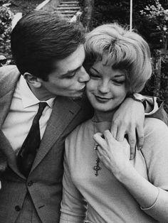 """Auf Platz 5 der tragischsten Liebespaare gehören für uns Romy Schneider und Alain Delon. Die beiden trafen sich 1958 ironischerweise bei den Dreharbeiten zu """"Liebeleien"""" und lebten dass, was man wohl eine Hassliebe nennt. Vier Jahre lang küssten und schlugen sie sich. Als Romy irgendwann von der Arbeit nach Hause kam, war der gutaussehende Alain mit einer anderen Frau durchgebrannt.Trotzdem drehten sie 1968 noch gemeinsam """"Swimmingpool"""". Vor ein paar Jahren sagte Alain Delon in einem…"""
