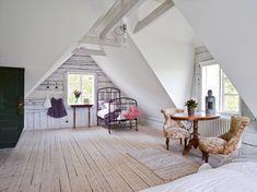 comble aménagé, déco de chambre en style vintage avec revêtement de pan de mur en bois et plancher en bois clair